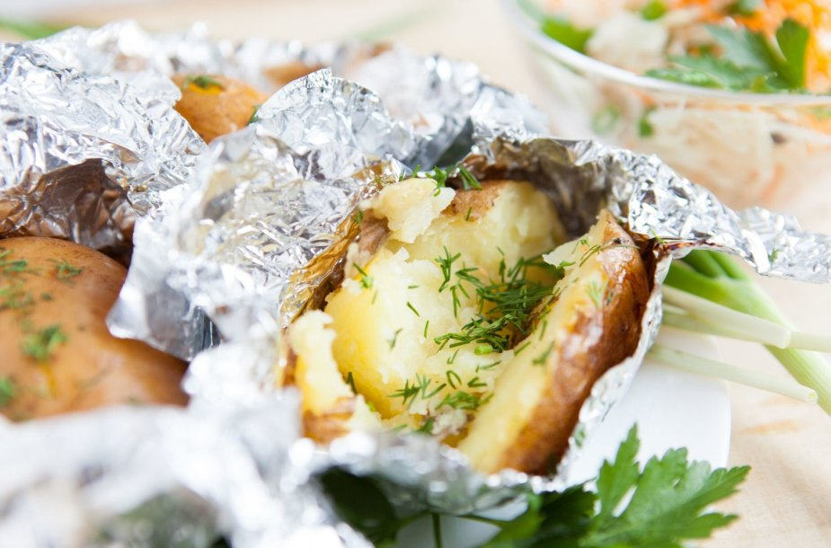 Bulvės folijoje