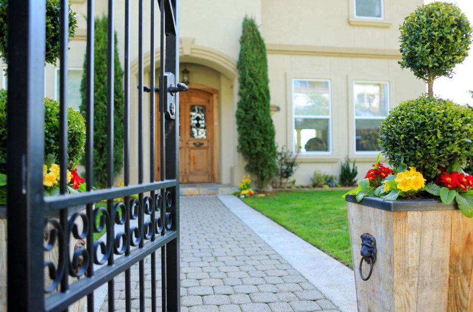Namas su vartais