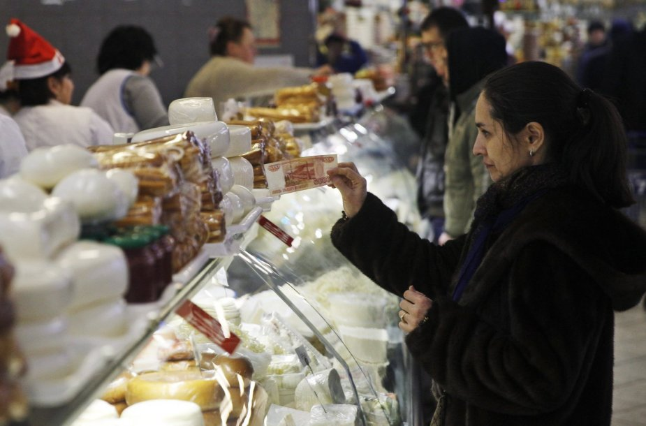 Moteris perka maisto produktus Maskvoje