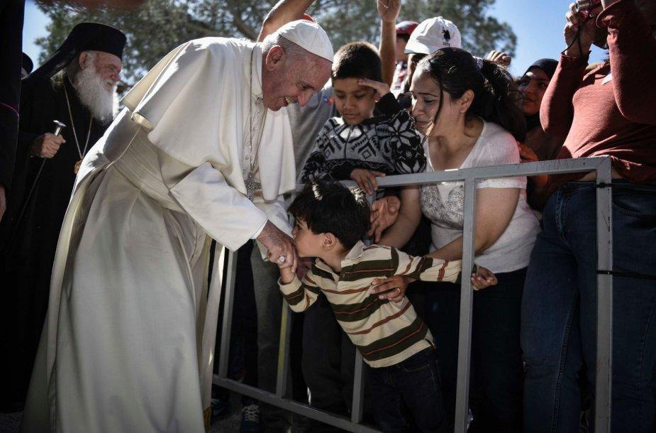 Popiežius Pranciškus lanko pabėgėlius Graikijoje