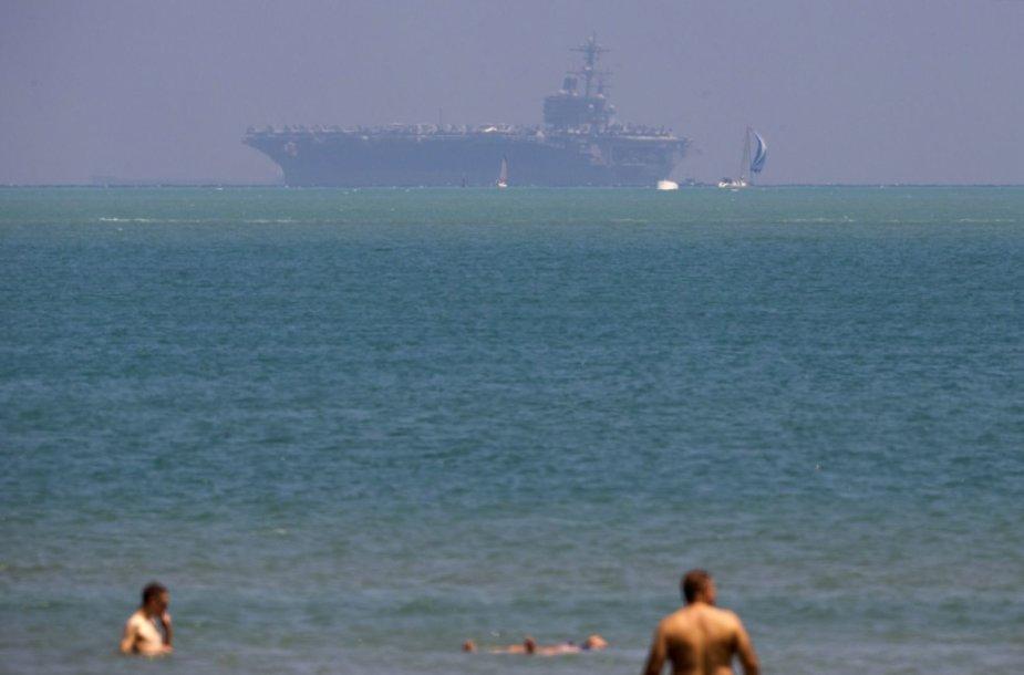"""Tolumoje matomas """"USS George H.W. Bush"""" lėktuvnešis"""