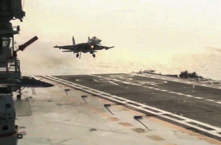 Rusijos karo lėktuvas leidžiasi ant lėktuvnešio denio