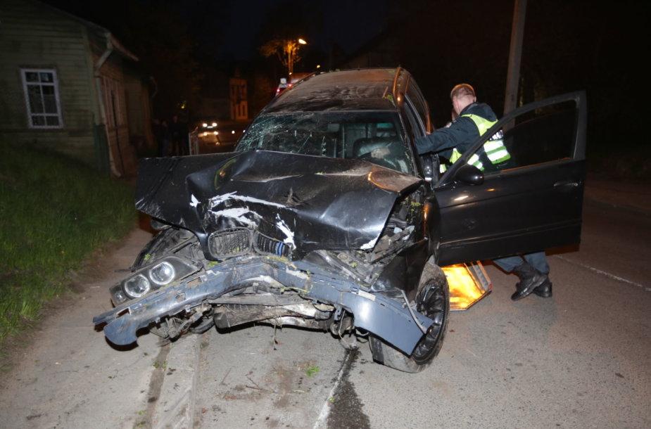 A.Kojelavičiaus gatvėje BMW avarijos metu sužaloti trys jaunuoliai