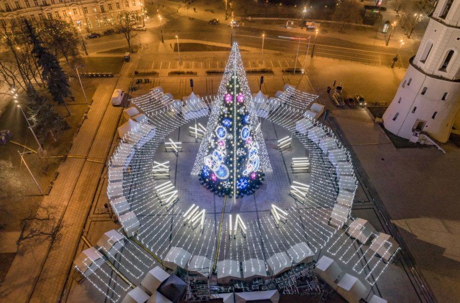 """Įžiebta Vilniaus Kalėdų eglė """"Laikas"""" – lyg stilizuotas laikrodis"""