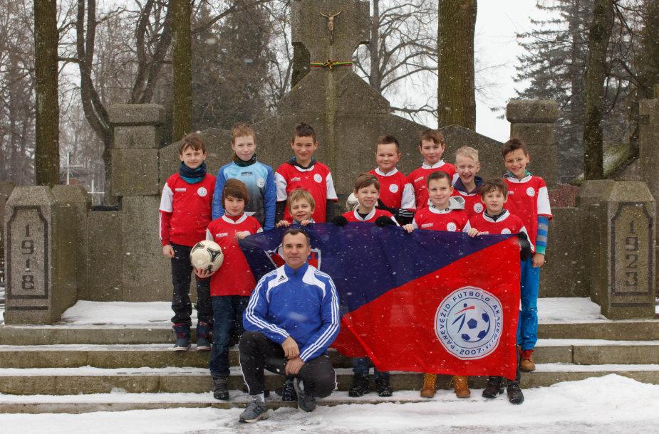 Panevėžio FA 2005 m. gimimo vaikų komanda prieš turnyrą aplankė monumentą Savanoriams nepriklausomybės kovų dalyviams
