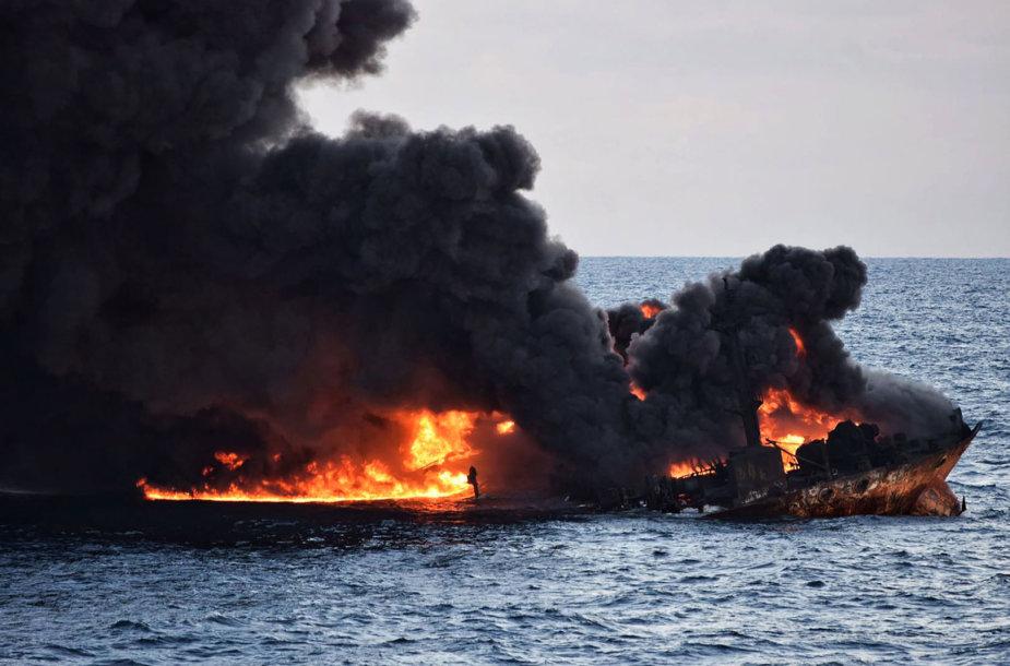Nuskendęs Irano tanklaivis lieja vis daugiau naftos