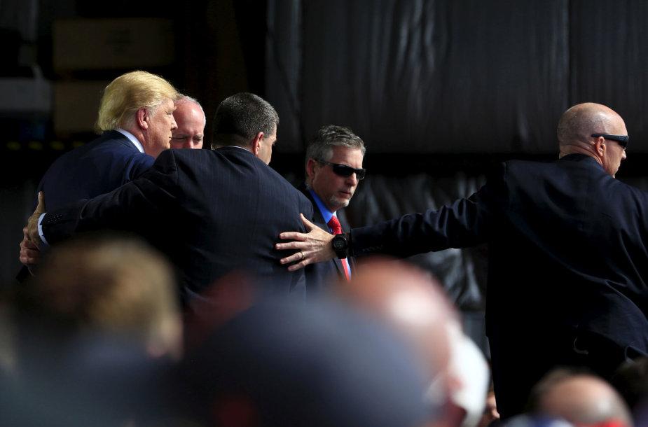Slaptosios tarnybos agentai su D.Trumpu