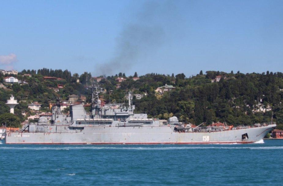 """Rusijos laivas  """"Tsezar Kunikov"""" plukdinamas į Siriją"""