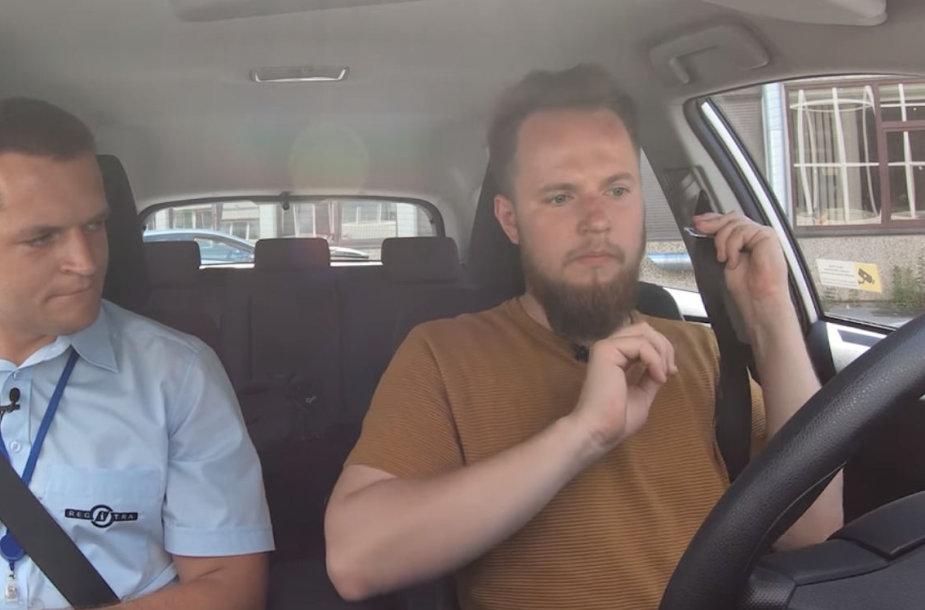 """Mantas Bartuševičius """"Regitroje"""" laikė vairavimo egzaminą"""