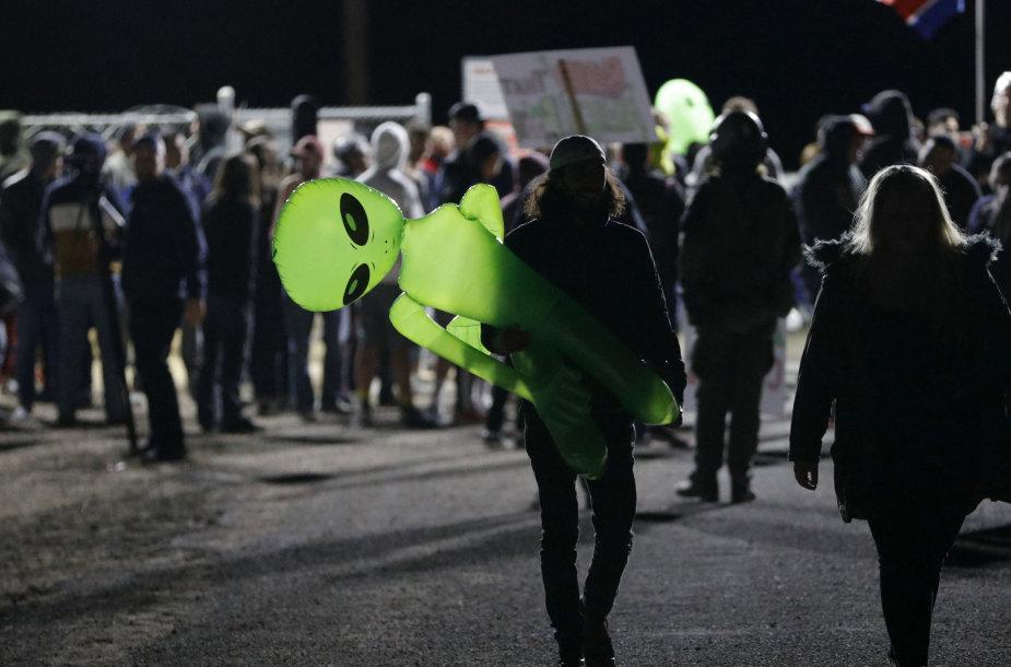 """Žmonės renkasi prie """"Area 51"""""""