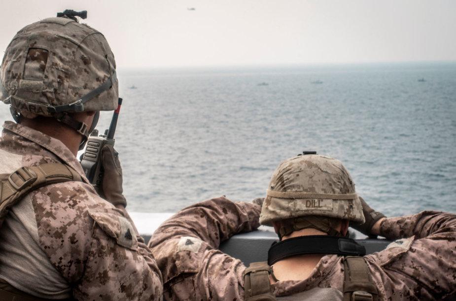 JAV kariai stebi laivus Hormūzo sąsiauryje