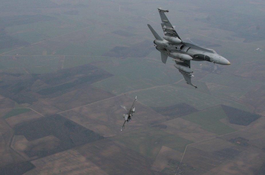 Fotosesija virš debesų – dvi dešimtys fotografų fiksavo naikintuvus iš atviro lėktuvo