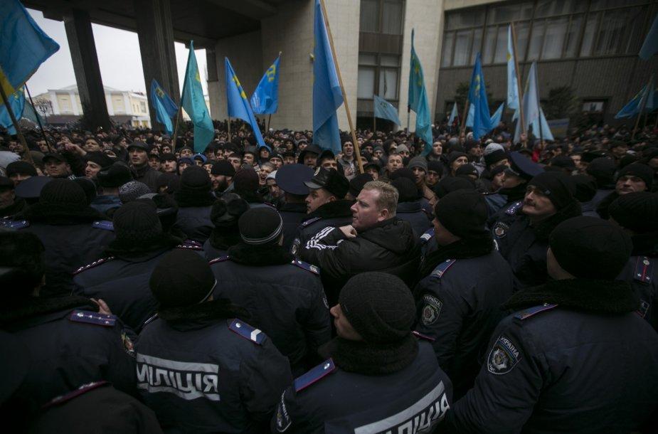 Protestuotojai ir policija Kryme