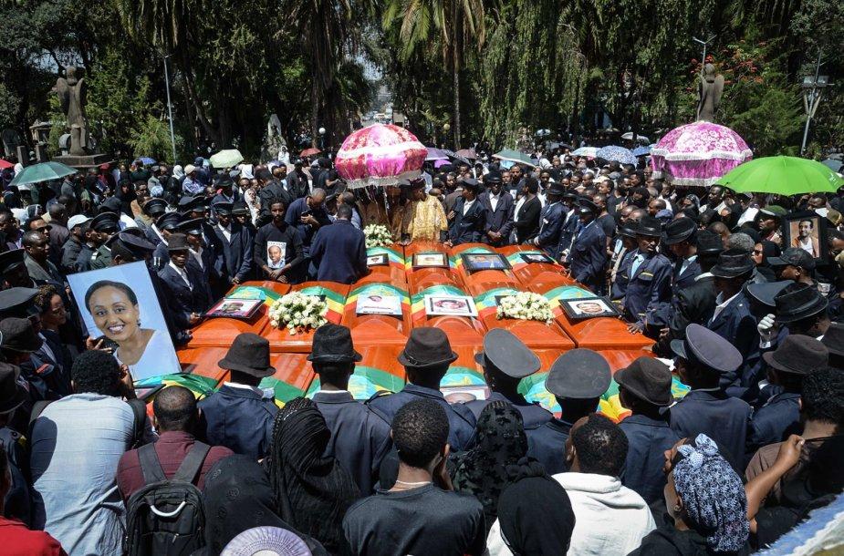 """""""Ethiopian Airlines"""" aviakatastrofos aukų laidotuvėse – tūkstančiai žmonių"""