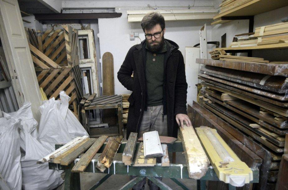P. Konkulevičius garaže laiko sukauptą tarpukario baldų, Kauno Žaliakalnio medinių namų fasado dalių ir furnitūrų kolekciją.