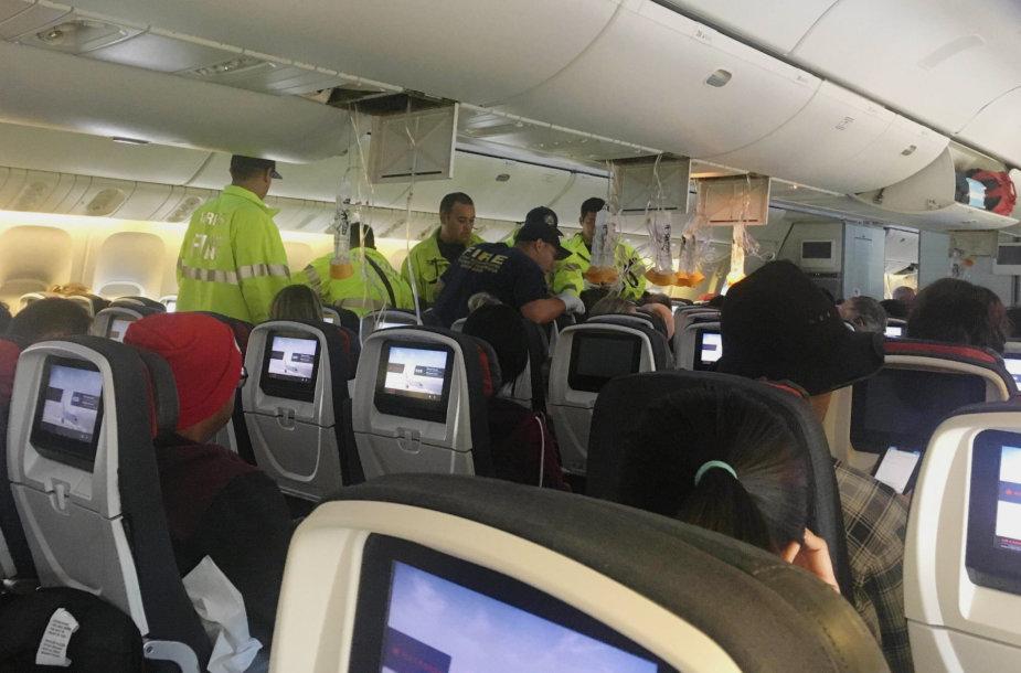 """""""Air Canada"""" skrydyje nuo turbulencijos nukentėjusiems keleiviams teikiama pagalba"""