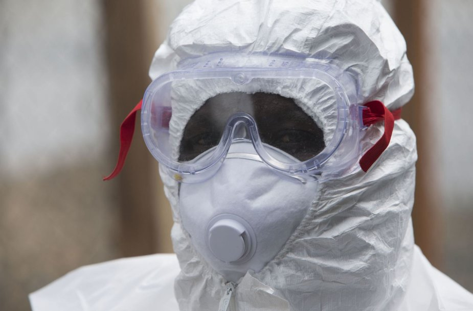 Su Ebolos virusu užsikrėtusiais žmonėmis susiduriantis  raudonojo kryžiaus darbuotojaas