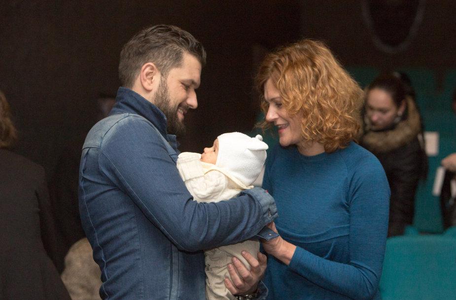 Dominykas Kubilius ir Laura Paukštė su dukrele Matilda