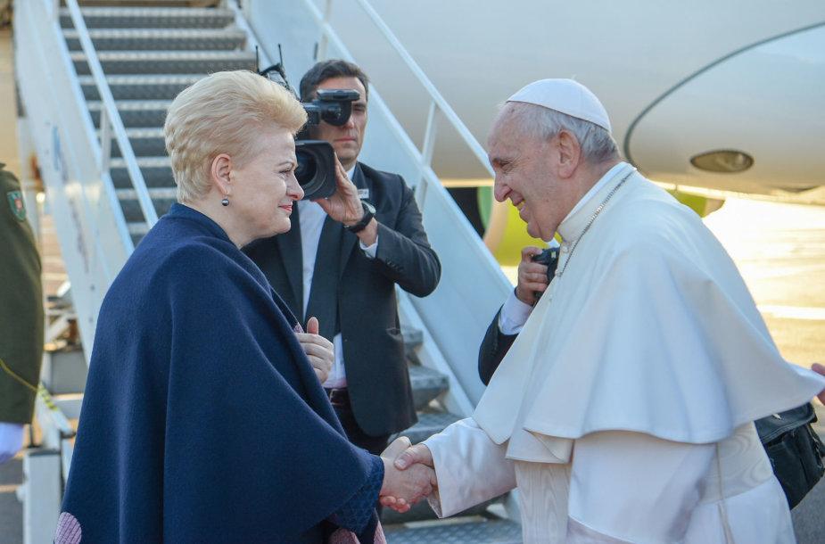 Prezidentė Dalia Grybauskaitė išlydėjo Popiežių Pranciškų