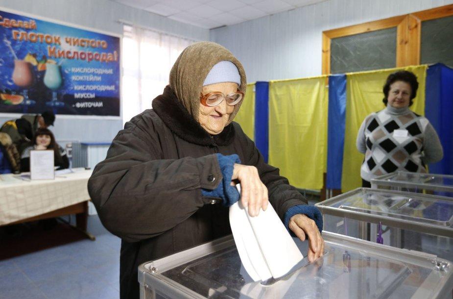Ukrainiečiai atiduoda balsuos.