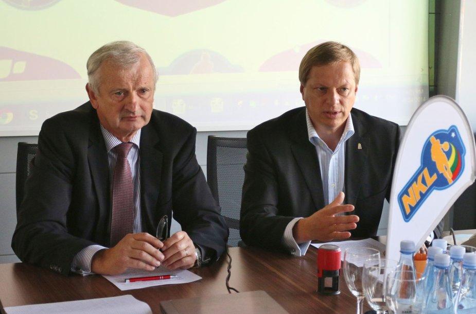"""NKL prezidentas Remigijus Štaras ir UAB """"Mantinga"""" direktorius Kęstutis Svitojus padėjo parašus ant rėmimo sutarties."""