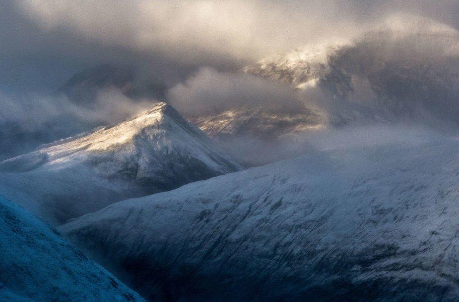 """Konkurso nugalėtojo Allano Donaldo nuotrauka """"Švytinti viršūnė"""" – Grampiano kalnuose"""