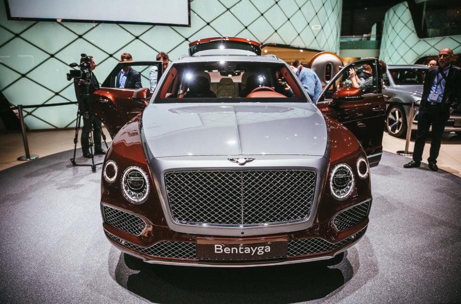 """""""Bentley"""" pagamino hibridinį """"Bentayga"""", kuriam įkrovos stotelę sukūrė dizaineris"""