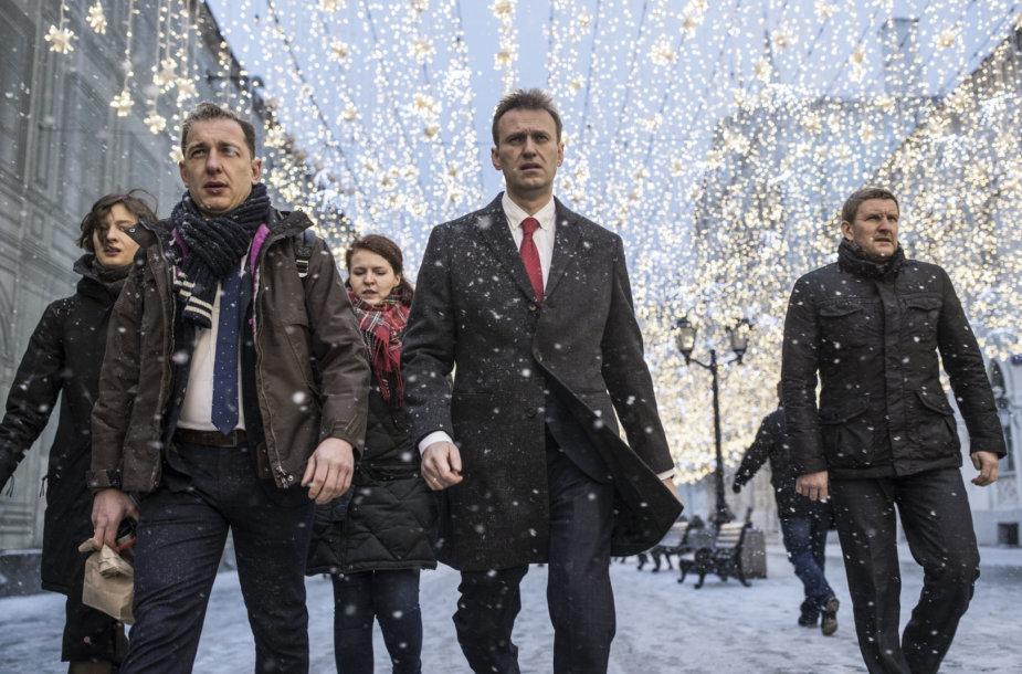 Aleksejus Navalnas (viduryje) ir jo bendražygiai