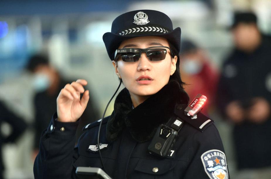 Kinijos policijos pareigūnė su veido atpažinimo akiniais