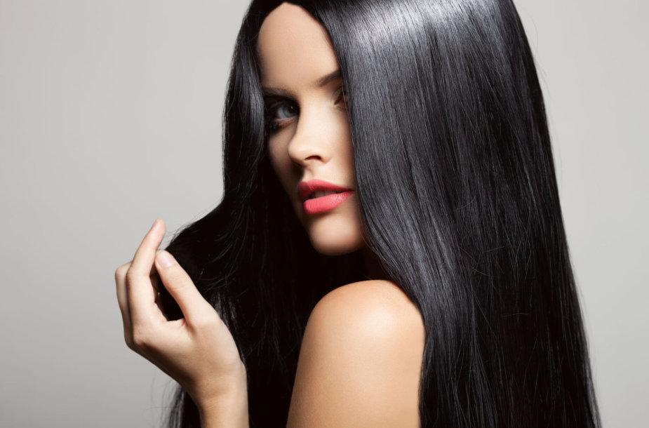 Mergina tiesiais plaukais