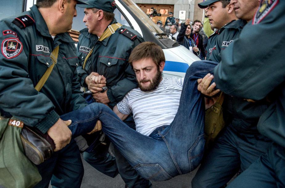 Armėnijos policija sulaikė dešimtis protestuotojų