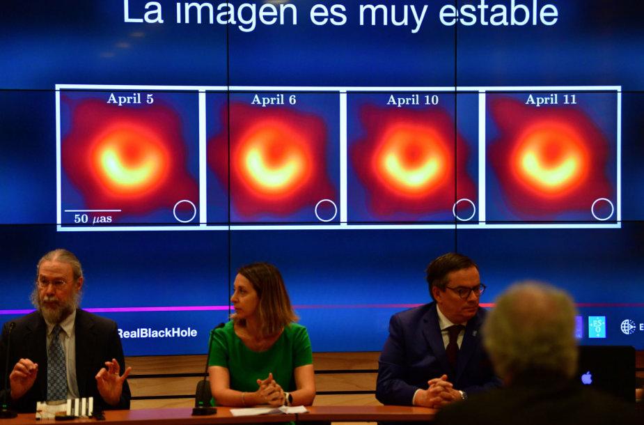 """Pristatyta pirmoji juodosios skylės """"nuotrauka"""""""