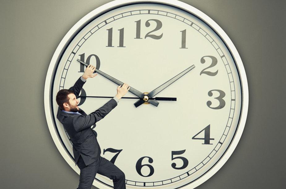 Vyras prie laikrodžio