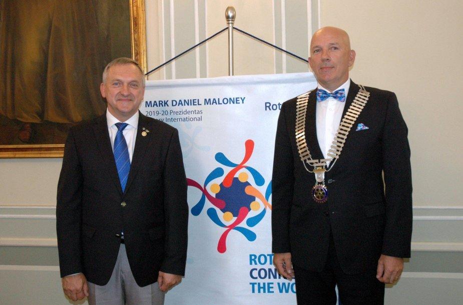 """""""Rotary"""" apygardos valdytojo regalijas Arūnas Burkšas (dešinėje) perėmė iš Virginijaus Šniuko"""