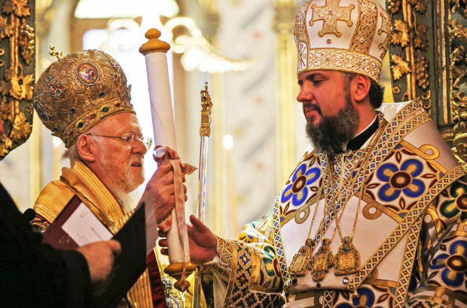 Konstantinopolio ekumeninis patriarchas Baltramiejus I metropolitui Epifanijui įteikia tomosą.