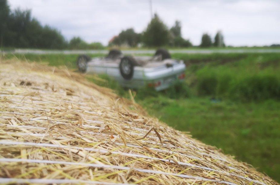Nevaldomas automobilis BMW nuvažiavo nuo kelio ir vertėsi ant stogo.