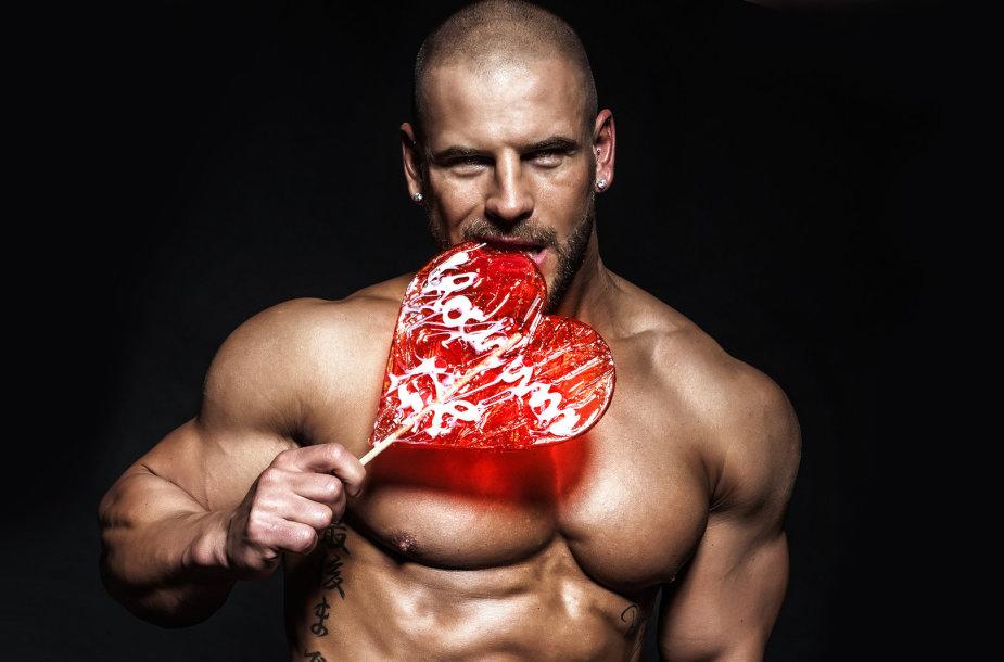 Vyras su saldainiu-širdele.