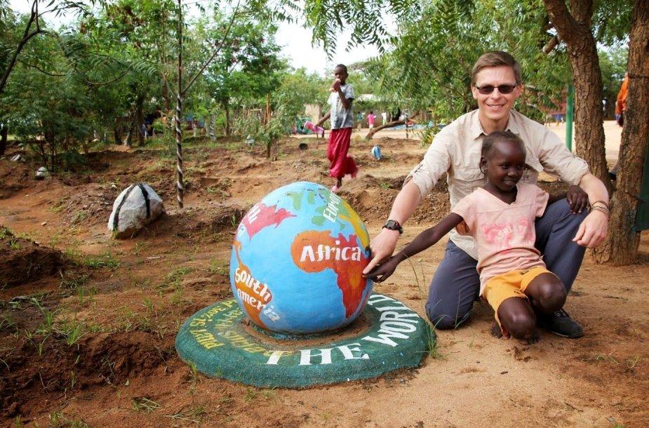 Geografijos mokytojų asociacijos prezidentas ir straipsnio autorius R. Šalna aštuonmetėje Turmio mokykloje, Etiopija
