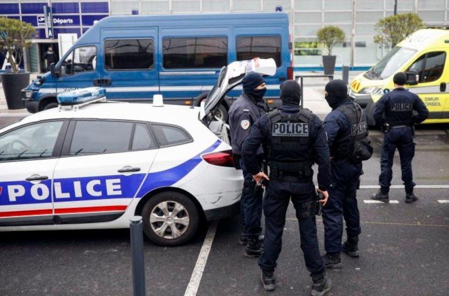 Kaukėti vyrai apvogė maždaug 20 turistų prie oro uosto