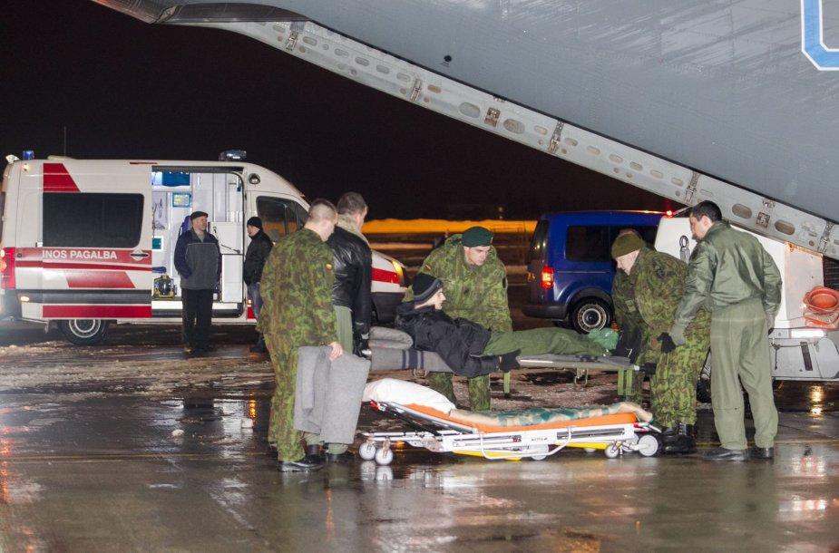 Į Lietuvą buvo atskraidinti 7 Ukrainoje sužeisti kariai