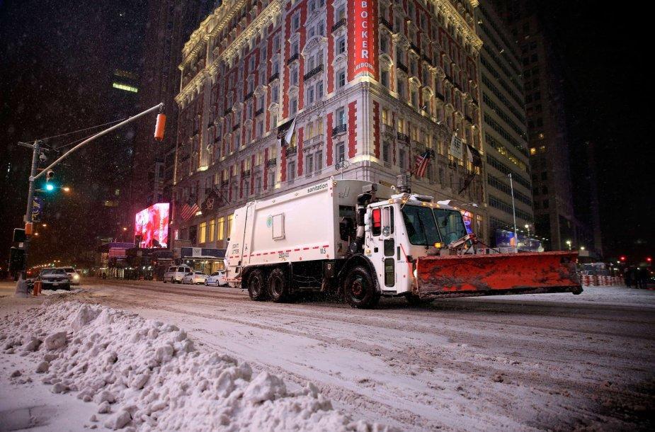 Niujorko gatvėse valomas sniegas