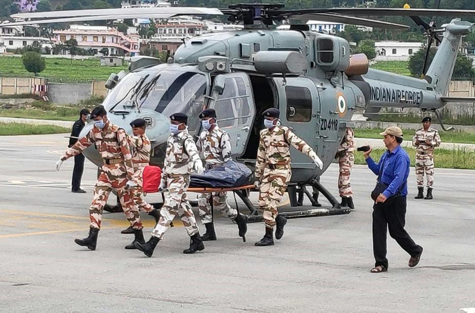 Indija nukėlė ant Himalajų kalno žuvusių alpinistų palaikus