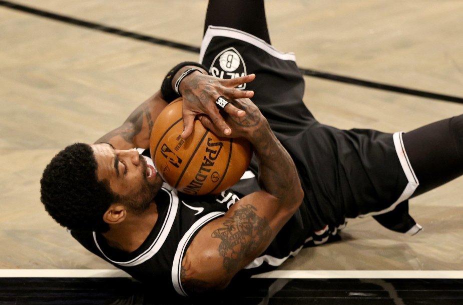 """Kyrie Irvingas per ketvirtą kėlinį pelnė 18 taškų """"Brooklyn Nets"""" klubui."""