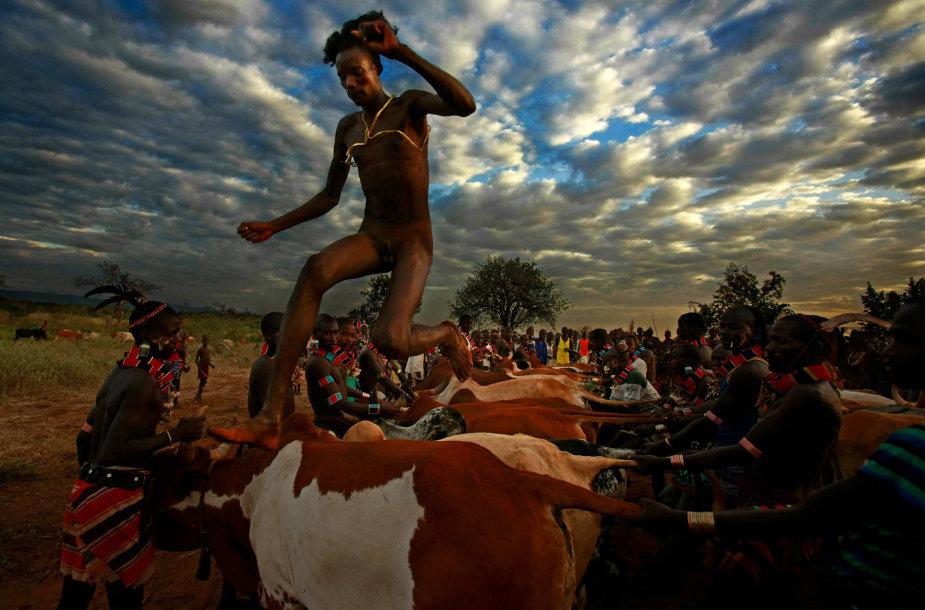 Hamar genties jaunuoliai vyrais tampa po specialios ceremonijos