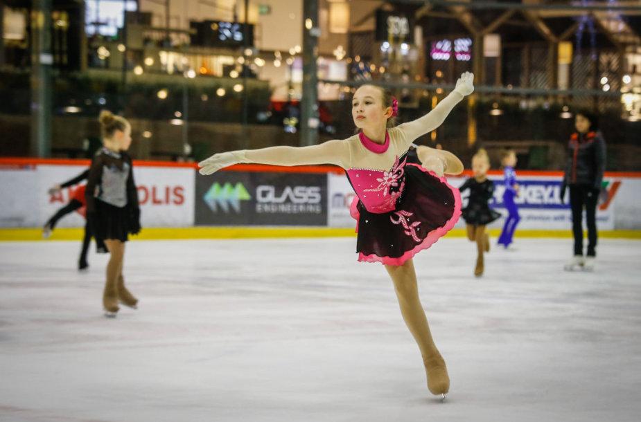 """Klaipėdiečiai Kalėdas bus kviečiami sutikti ant ledo. Dailiojo čiuožimo klubas """"Speigas"""" ruošia programą visiems svečiams."""