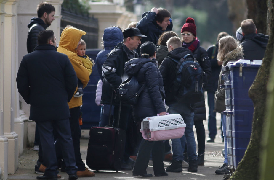 Išsiųsti rusų diplomatai palieka ambasadą Londone