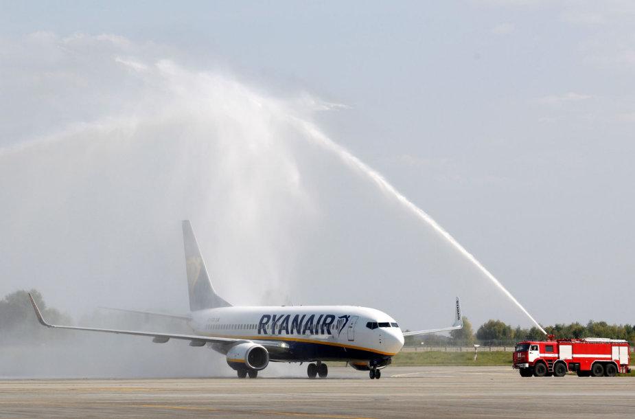 """Kijeve pasitinkamas pirmasis """"Ryanair"""" lėktuvas."""