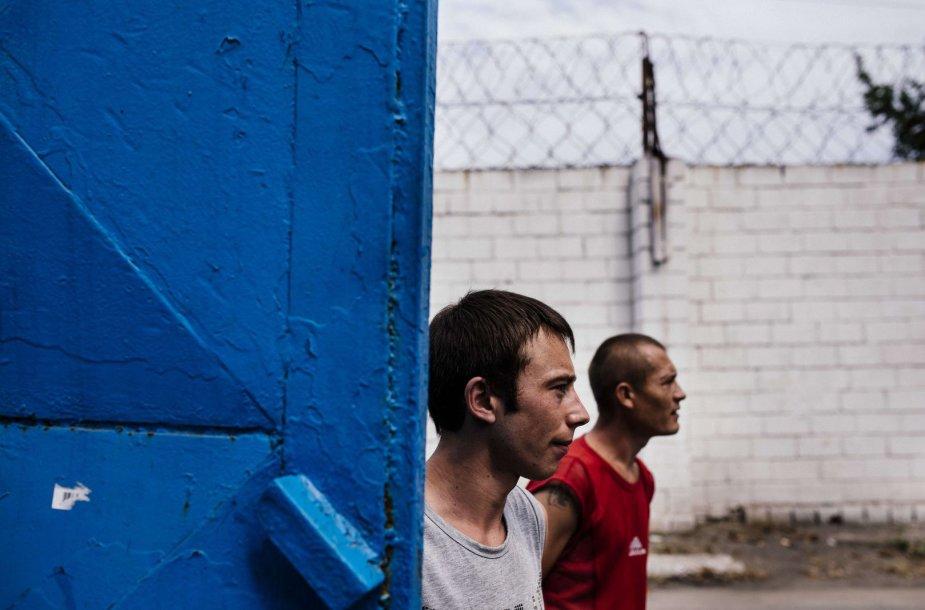 Kaliniai prie prie kalėjimo vartų, Donecke.