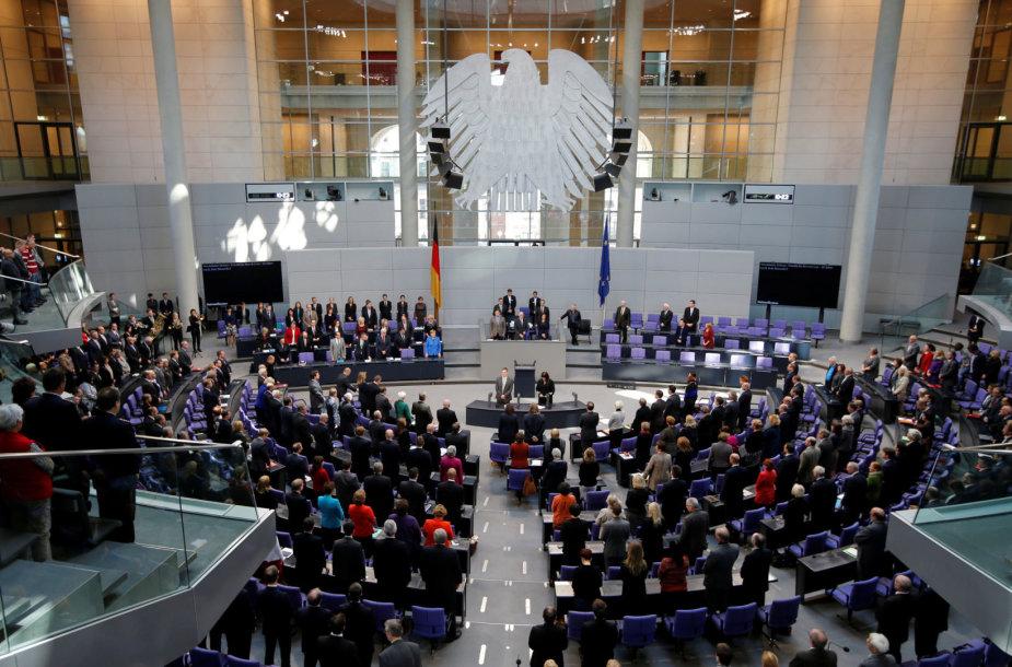 Vokietijos vyriausybės nariai gieda šalies himną