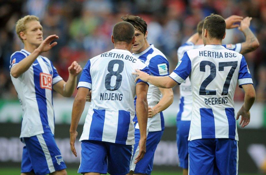 """""""Hertha"""" klubo žaidėjai po įvarčio sveukina vienas kitą"""